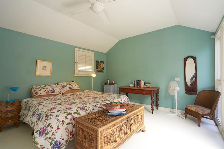 Very private, ensuite and deck.   - Lilyfield - Bed & Breakfast