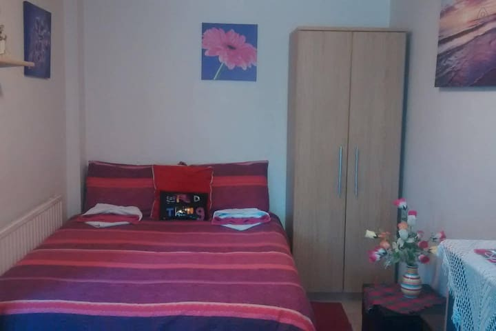 LOVELY Room 1--CLOSE to CITY CENTER