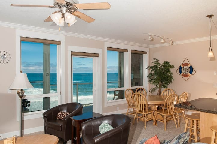2nd Floor Oceanfront Condo Hot Tub! - Lincoln City - Apartment