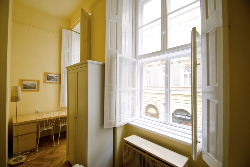 the King's Court Apartment had an amazing location, steps away from Oktogon and Andrassy boulevard, right on the famous Kiraly utca in a classical old town building of Budapest