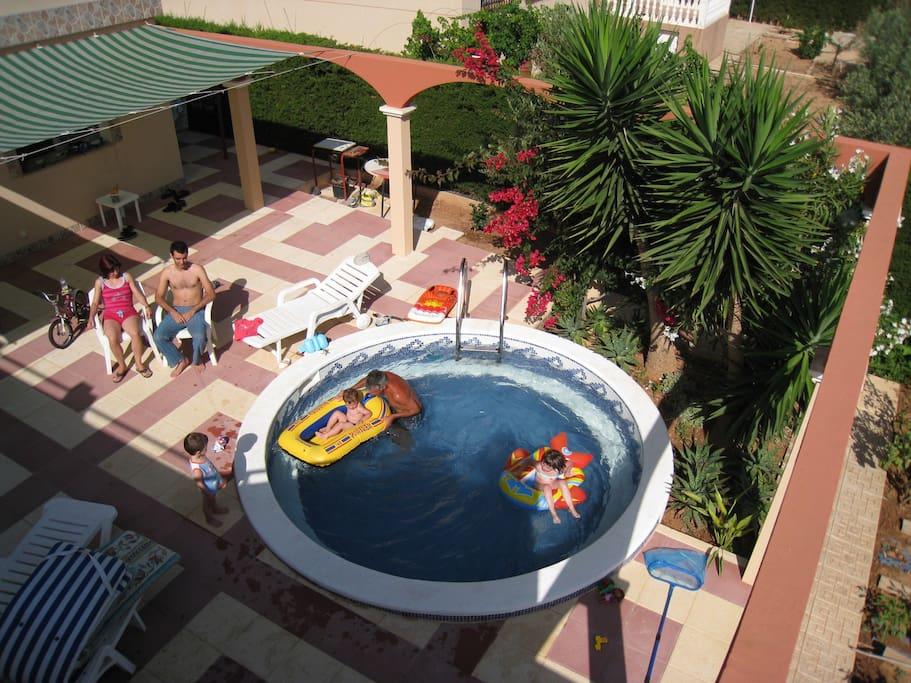 Patio y pequeña piscina. ideal en verano