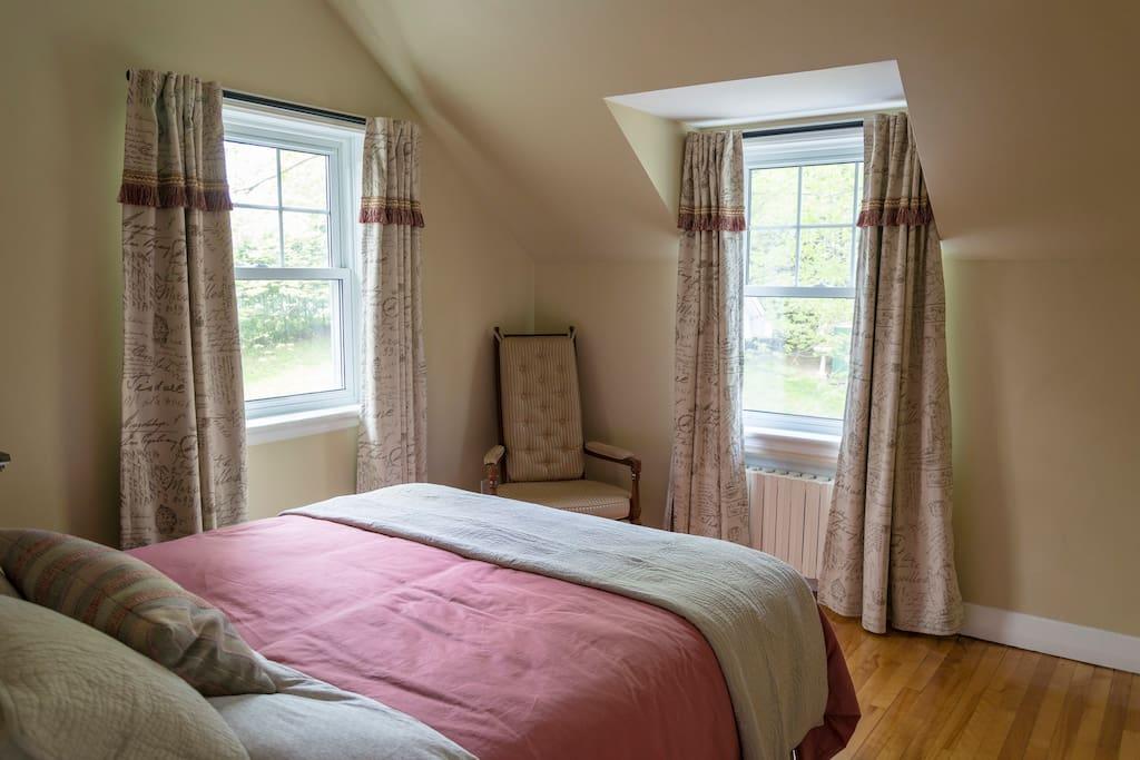 Chambre avec 2 belles fenêtres