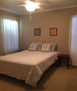 Private room within a 2 story home - San Antonio - Hus