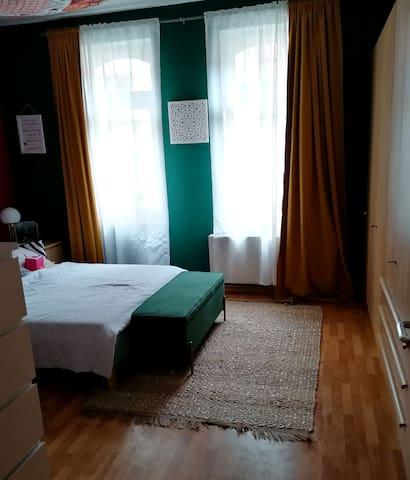 Das Schlafzimmer mit großem Doppelbett, (harte Latexmatratze sehr bequem, weil sie sich niemals durchliegt). Es gibt Verdunkelungsrollos sowie blickdichte Vorhänge.  Hier befindet sich auch ein Hochbett für Kinder sowie ein Kinderschreibtisch.