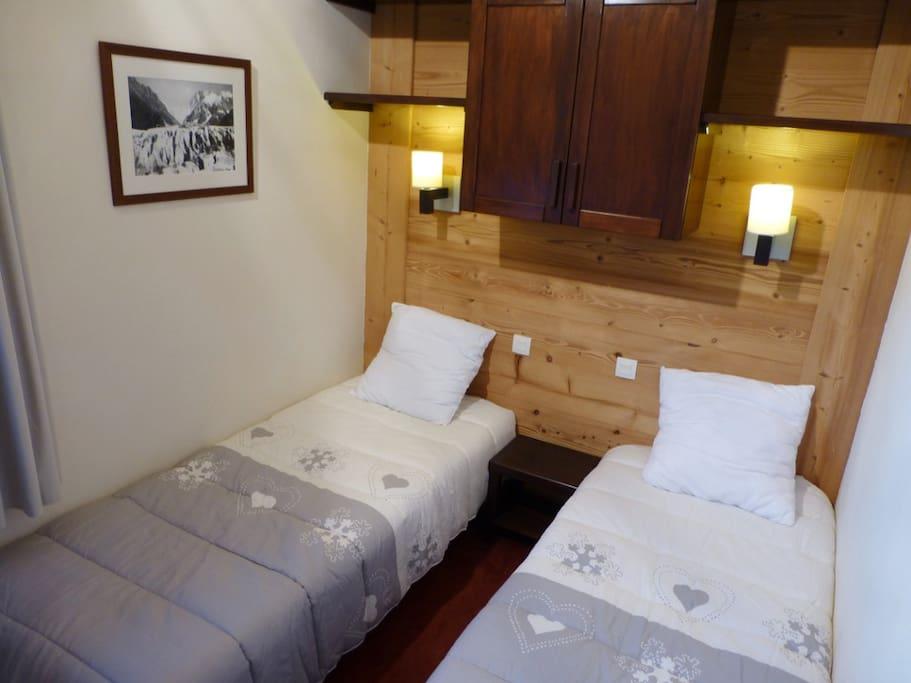 Chambre fermée avec deux lits simples