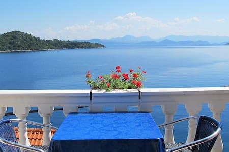 Cute studio with balcony, sea view - Sobra - Appartamento