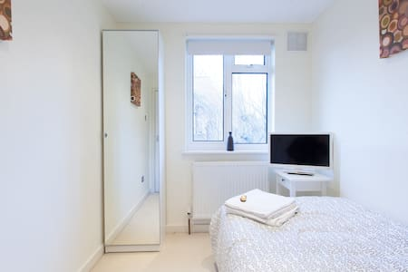 Cosy single in Kensington, London.