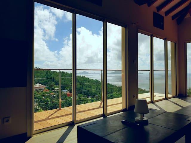 vue du canapé le matin - baies vitrées fermées