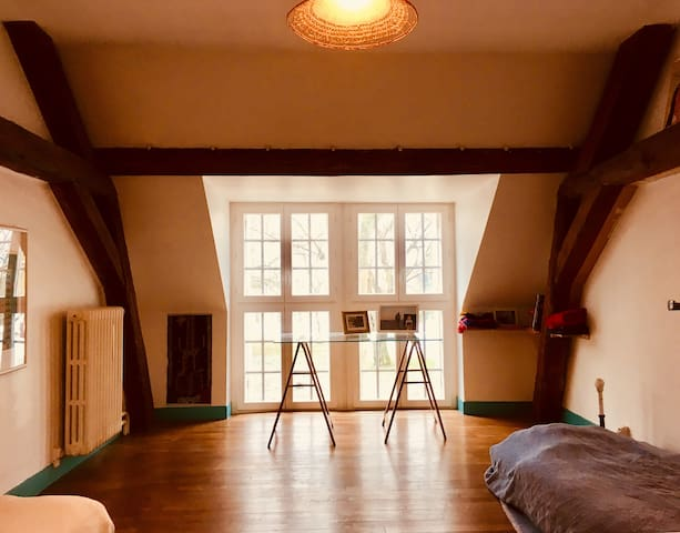 Chambre 3: 2 lits individuels, 1 lit enfant