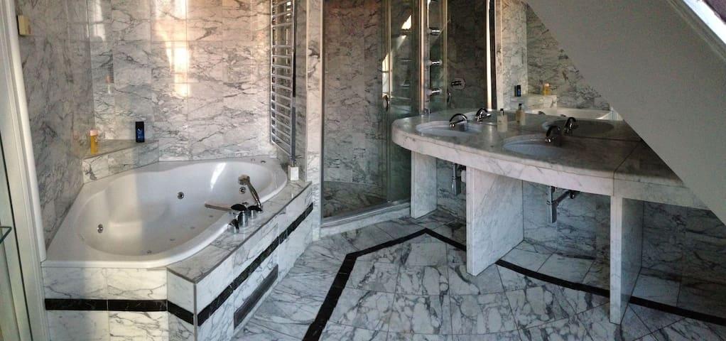 Room/ marble bathroom - City Center - Graz - Daire