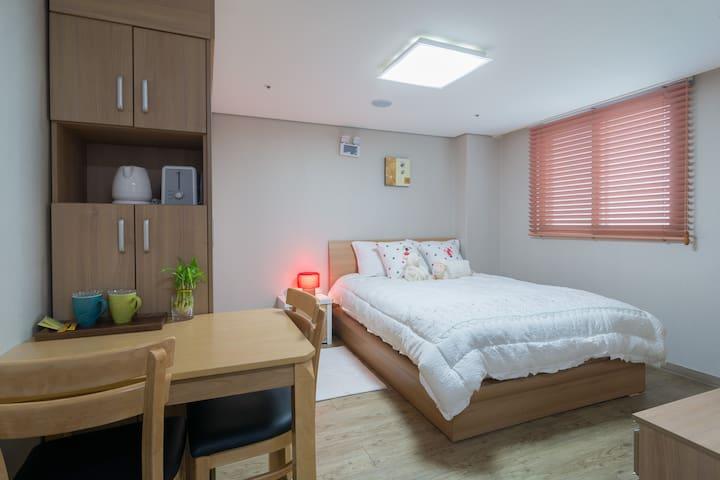 Center Located Lovely Room for 2 - Seongdong-gu