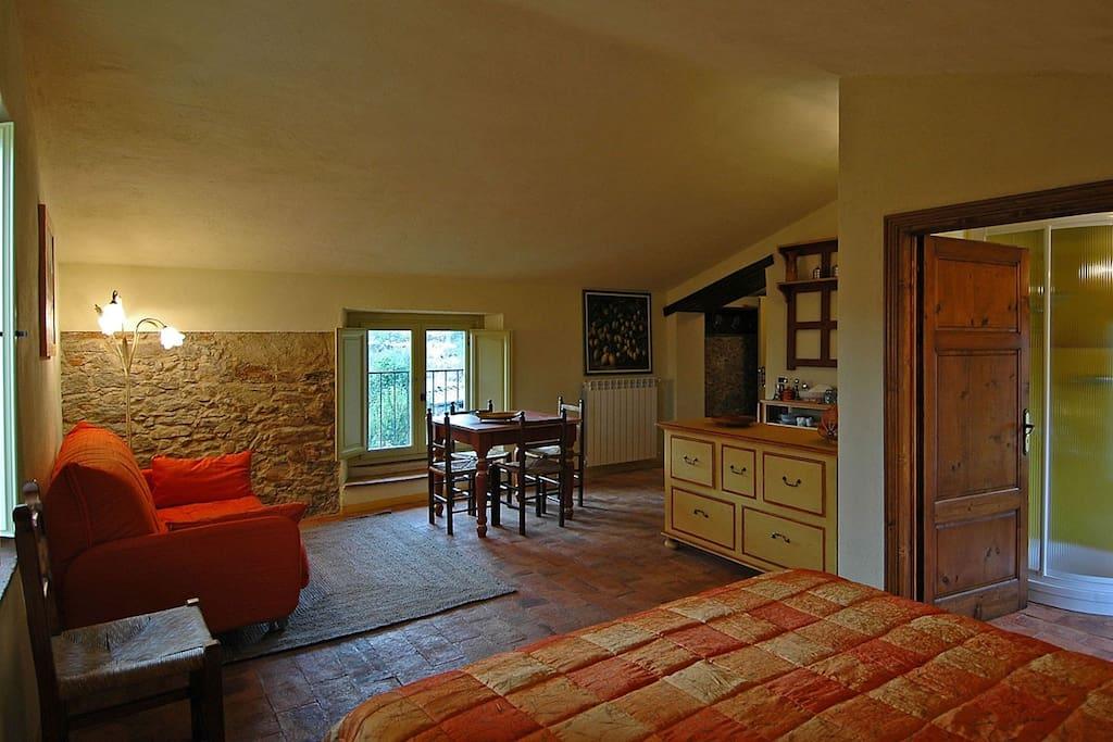 mansarda con 2 finestre  :letto matr.+divano+tavolo pranzo+minicucina-ingresso+bagno con finestra panoramica