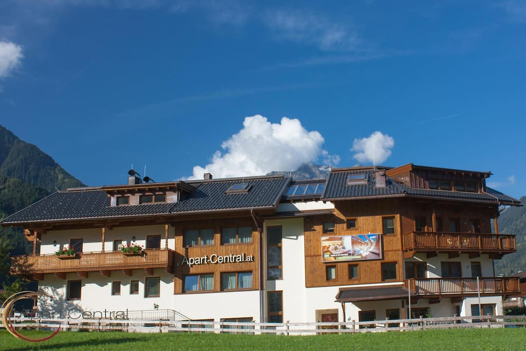 Chalet Royal ist Teil des Apart Central, mit eigenem Eingang und keinen Überschneidungspunkten mit anderen Gästen im Inneren // Chalet Royal is part of Apart Central, with its on entrance and nothing to share inside with other guests