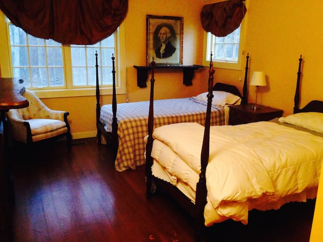 Washington Bedroom twin beds