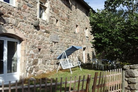 Maison ancienne en pierre au pays de l'Ardéchoise.