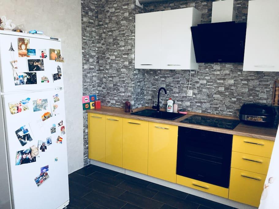 Кухня оборудована духовым шкафом, плитой, мультиваркой и микроволновой печью. Так же есть вытяжной шкаф и холодильник.