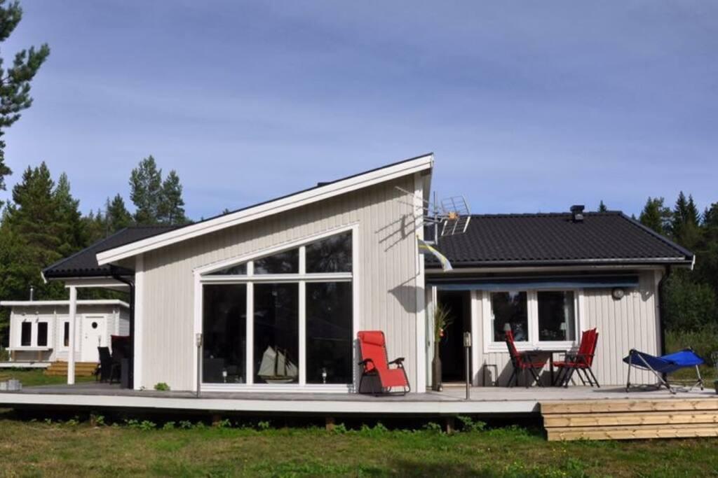 Huset har två stora altaner med grill, solstolar mm.