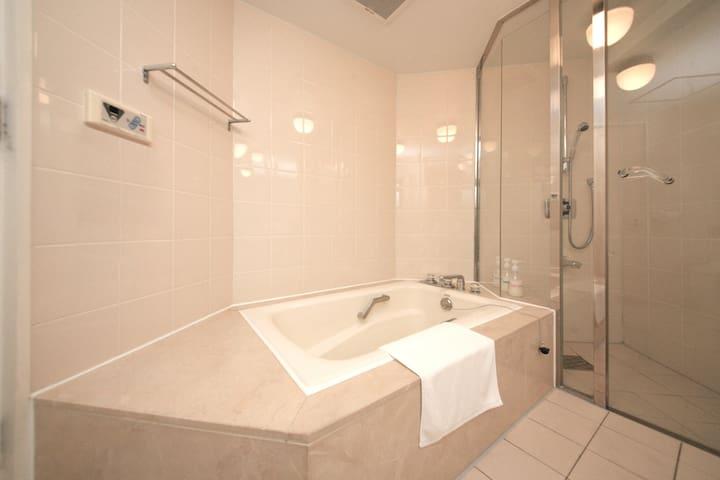 広々としたluxuryバスルームで1日の疲れを癒されてください。/ Relax in the spacious luxury bathroom. / 넓은 럭셔리 욕조에서 하루의 피로를 풀어보세요. /寬闊的豪華浴室,來放鬆享受吧