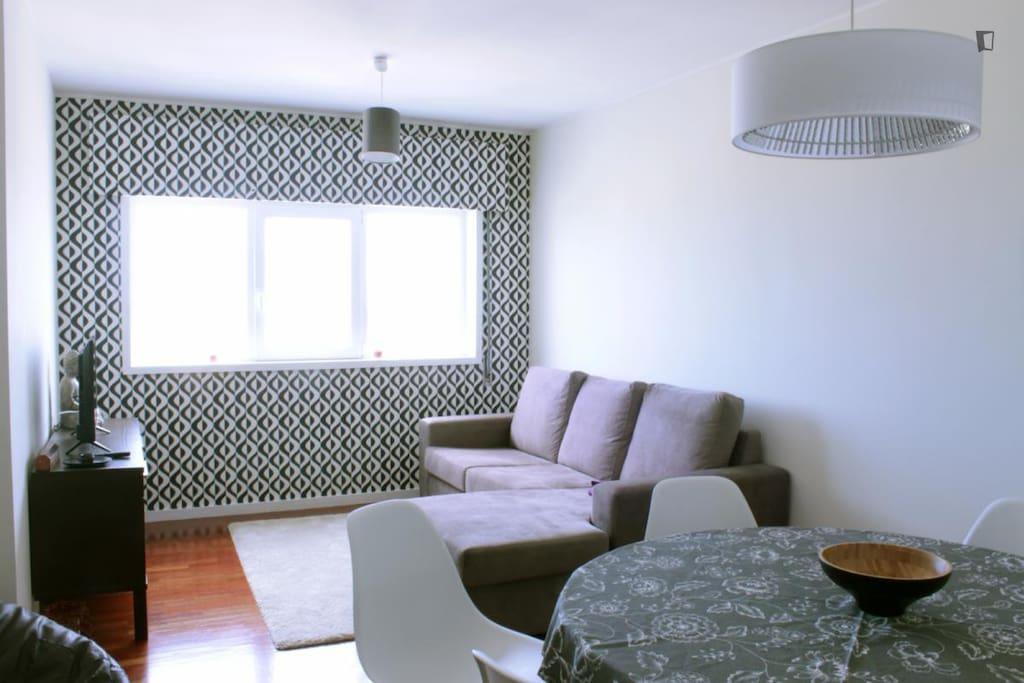 Sala de estar com TV e ar condicionado.