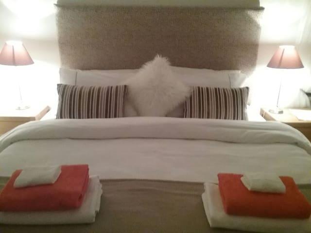 Bright Modern Bed/Bath/Breakfast - Malahide - Rumah