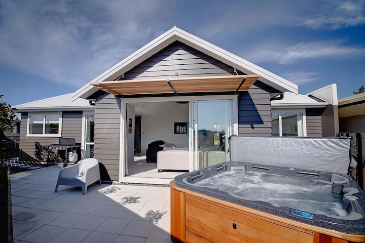 The Gallery | Great Location with Spa Pool & Wifi