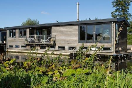 Beautiful modern houseboat in lake district - Nieuwersluis - เรือ