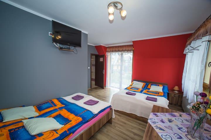 Pokój 4 osobowy z łazienka oraz widokiem na Tatry