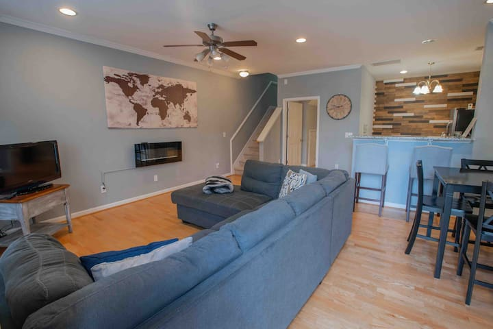 LARGE Modern 3 Bedroom Townhouse - Close to All