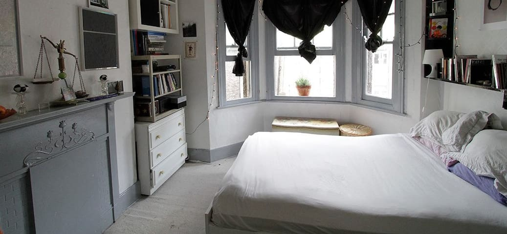 Light and airy, large double room with bay windows