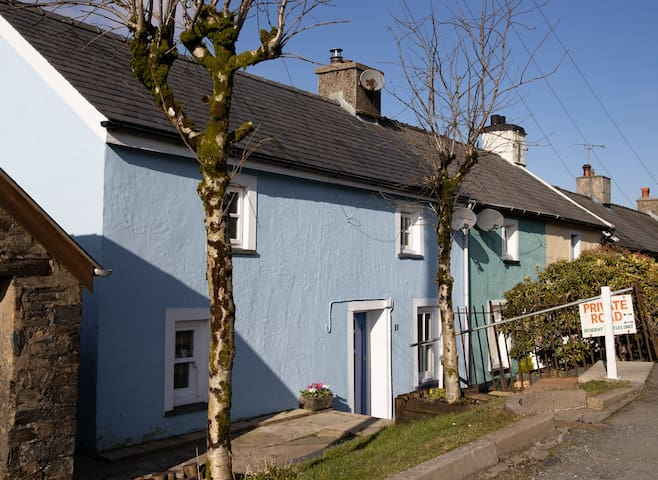 Deceptively Spacious Delightful  Pembs cottage.