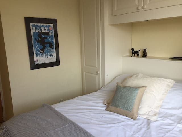 Sunny double bedroom in Meldreth. Private bathroom