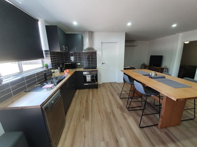 CLEAN & COSY 2 bedroom Apartment, with breakfast