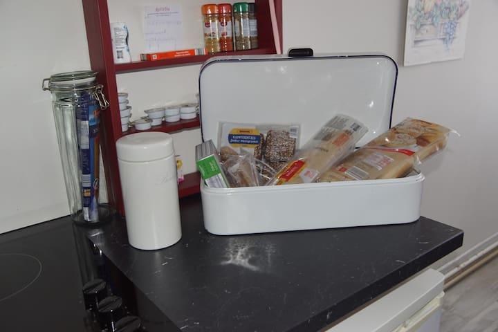Ontbijt; broodjes om zelf af te bakken en nog veel meer aanwezig in de koelkast.