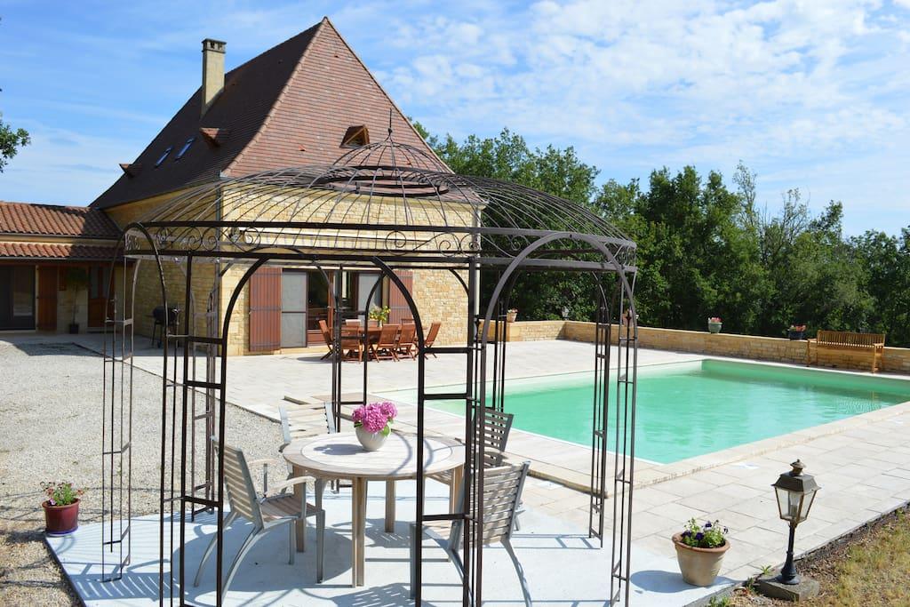 Une vue d ensemble de la maison , côté piscine