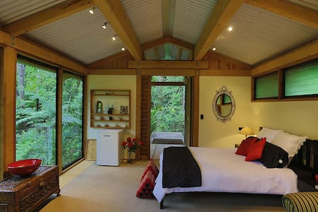 Romantic Bush Chalet - Auckland