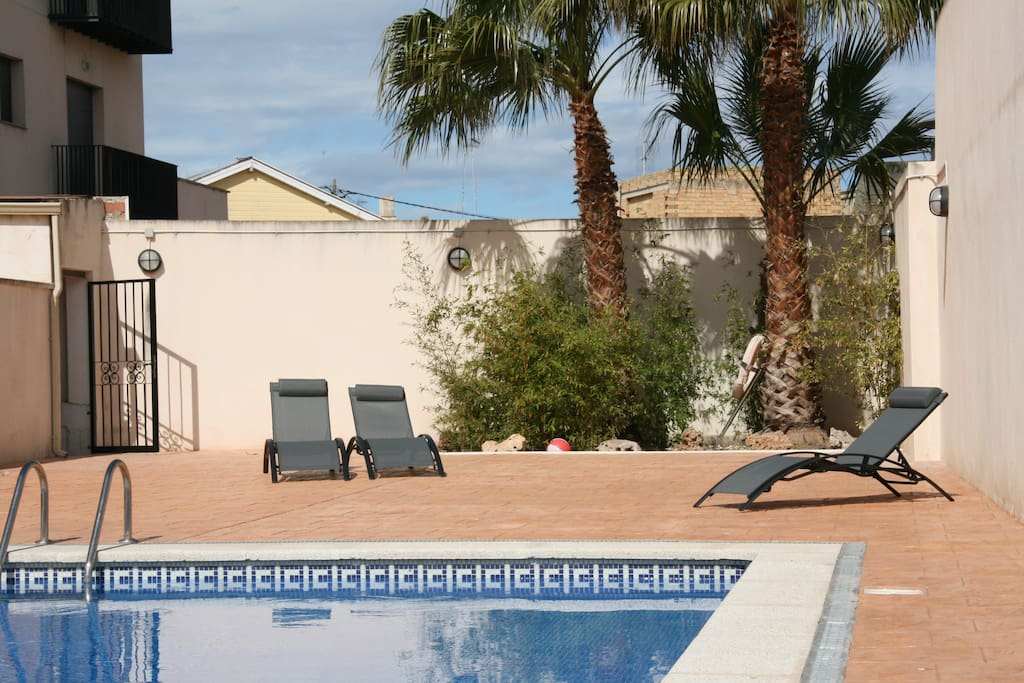 La piscina es comunitaria y está al aire libre