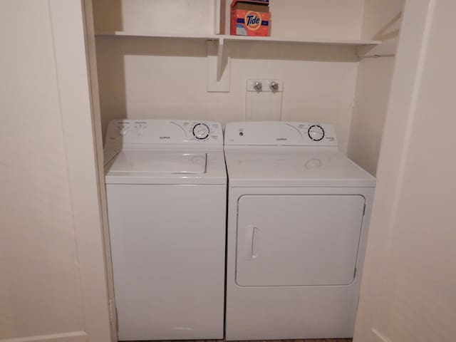 L'appartement comprend une laveuse et une sécheuse à linge.