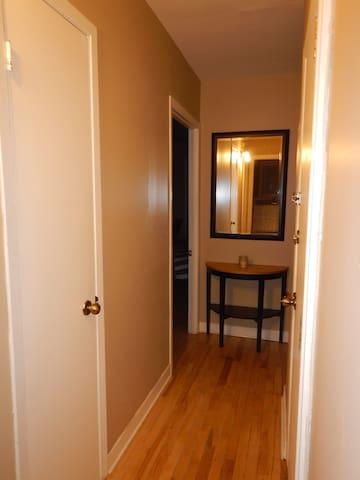 Un guéridon et un miroir accueillent les locataires à l'entrée.