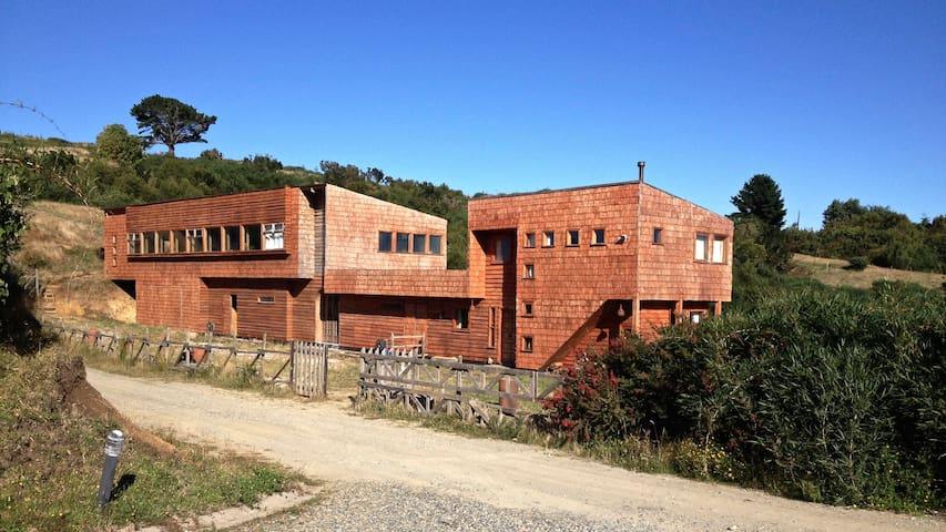 Chiloé Family Lodge; Propiedad compuesta por dos recintos independientes: El Loft y la Cabaña.