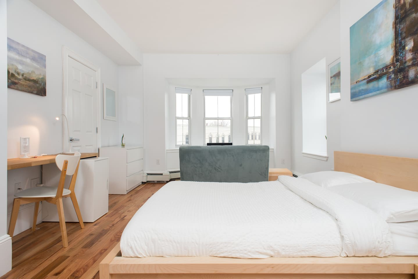 Alvah Kittredge Brownstone: Full/Double sized bed, high thread count sheets, nice and soft. Mattress/Pillows protected with cover