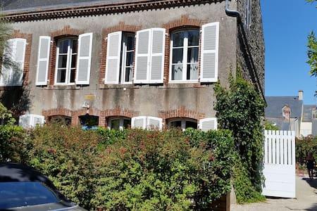 Wunderschönes Natursteinhaus mit großem Garten - Saint-Vaast-la-Hougue - Talo