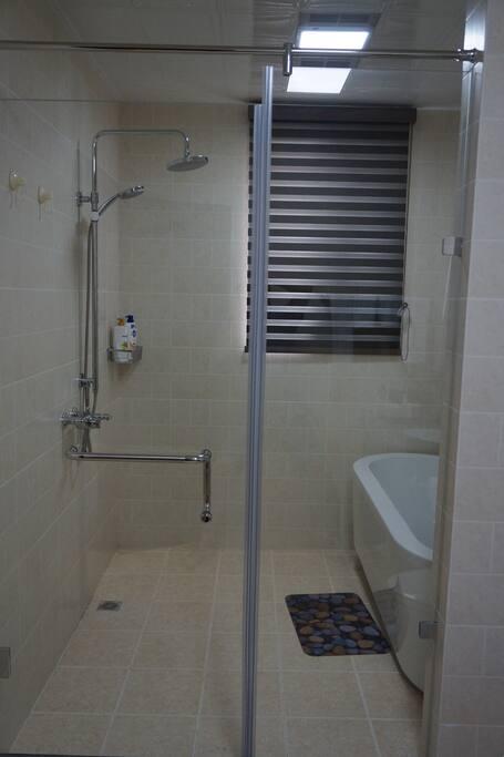 203套房宽敞的卫生间