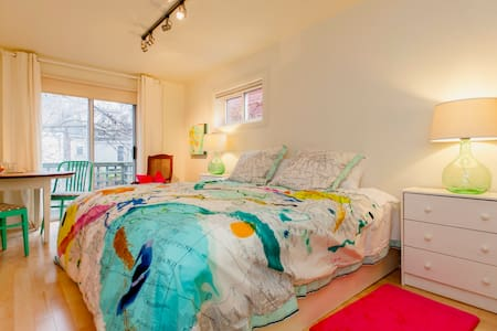 Super Central, Lovely, Fun Bedroom!