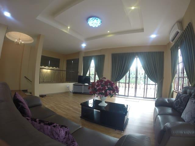 Nur Bougainvillea Homestay Rooms - Kuala Lumpur - Hus