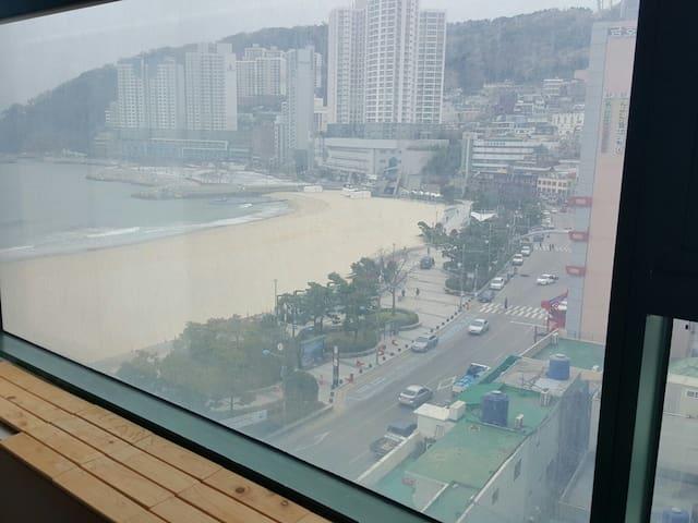 송도바닷가에 위치한 전망좋은 호텔식 숙소입니다. 해상케블카를 집에서 볼수 있습니다.