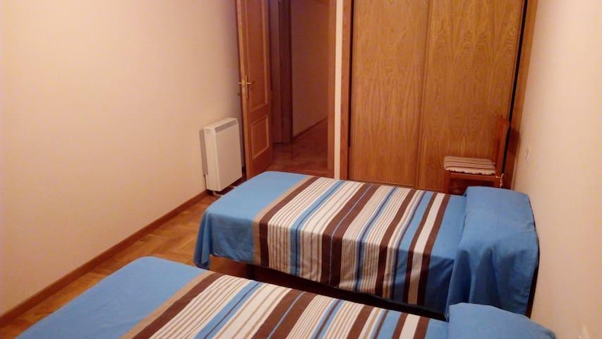 1 habitación doble (2 personas), 1 habitación matrimonio (2 personas) y 1 habitación individual (1 persona)