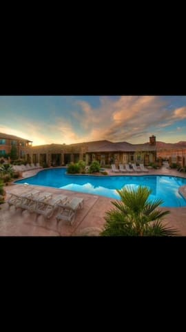 Luxury Condo & Resort-Sleeps 11 & Zions Only 30 mi