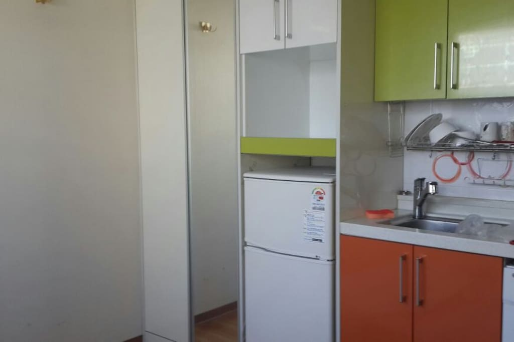 Equipped with refrigerator, washing machine. Able to cook meals