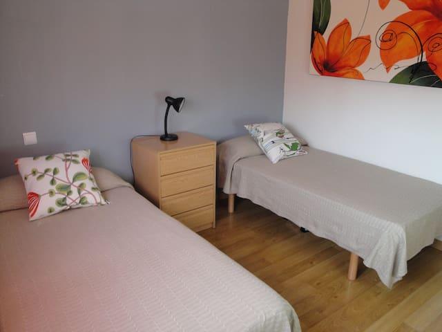 Habitación, zona tranquila. Cerca de Pamplona. - Sarriguren - Haus
