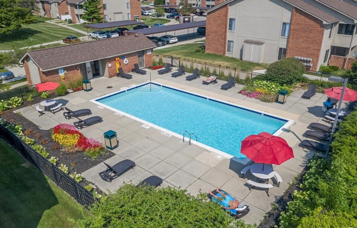 Beautiful spacious condo with swimming pool access